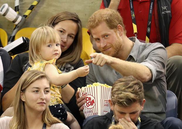 Принц Гарри играет с ребенком