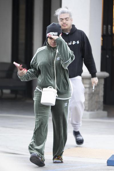Блэк Чайна ходит по магазинам без одежды