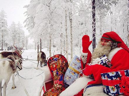 Дед Мороз едет в санях