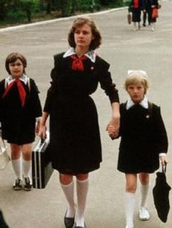 Коричневое платье и черный фартук - повседневный наряд каждой советской школьницы