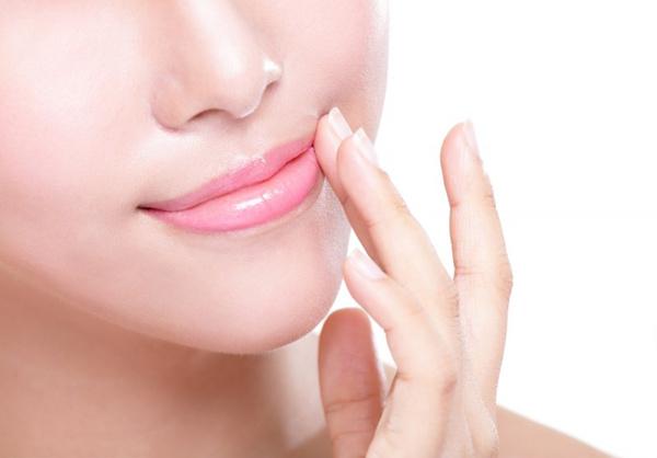 Как спасти губы от шелушения