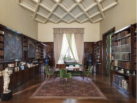 Асимметричный рисунок потолка в библиотеке, придуманный Порталуппи, — дань уважения итальянской готике.