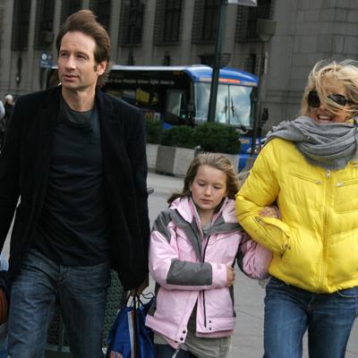 Звездное семейство направляется на стадион, посмотреть баскетбольный матч
