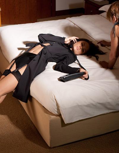 Что может быть сексуальнее девушки в плаще, надетом на откровенное нижнее белье!