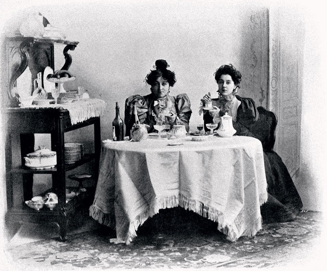 Старинная французская открытка «Женщины за столом» . 1895 год.