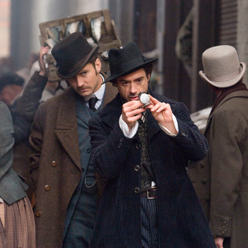 Следствие ведут знатоки. Роберт Дауни – Холмс, Джуд Лоу – его верный спутник Ватсон. Кадр из фильма.