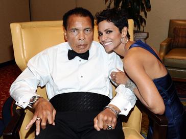 Мохаммед Али (Muhammad Ali) и Халле Берри (Halle Berry) на благотворительном вечере в Фениксе