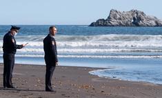 Лучшие фотожабы на задумчивых полицейских у Тихого океана