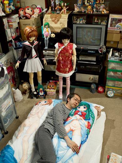 Момо засыпает в обнимку с двумя подушками. «С ними у меня каждый раз – как первый. Они такие сексуальные!»