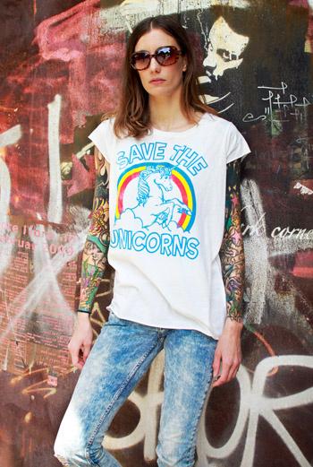 Дизайнер из Берлина Frauke, запечатлев на руках целую историю в татуировках, надевает простую футболку с ярким принтом-слоганом, винтажные джинсы и смело позирует хозяину блога Stil in Berlin.