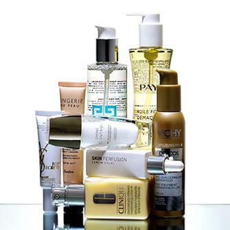 Защитный экран UV Shield, Yves Saint Laurent; BB-крем 5 в 1 Lingerie de Peau, Guerlain; мицеллярная вода 3 в 1 Skin Drink, Givenchy; масло для снятия макияжа 2 в 1 Huile Fondante Démaquillante, Payot; матирующая и освежающая пудра-дымка для лица 2 в 1 Shine Control, Guerlain; сыворотка для сияния кожи Skin Perfusion, Filorga; увлажняющий лосьон 2 в 1, укрепляющий защитный барьер кожи, Dramatically Different Moisturizing Lotion+, Clinique; пре-сыворотка для волос, которая используется между шампунем и кондиционером, Dercos Instant Filler, Vichy.