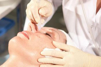 Введение в кожу активных веществ позволяет разгладить морщины, смоделировать контур лица и повысить тонус кожи.