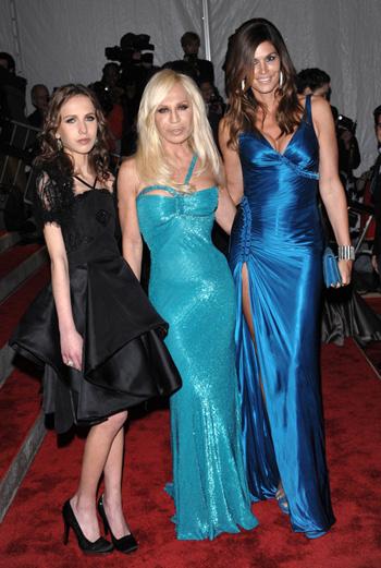 Аллегра и Донателла Версаче с Синди Кроуфорд (все в Versace)