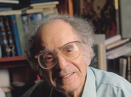 Григорий Померанц, философ и культуролог. Родился в 1918 году. Автор многочисленных научных и публицистических работ, в том числе сборников статей «Дороги духа и зигзаги истории», «Выход из транса» (РПЭ, 2008, 2010).