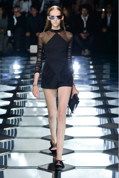 Показ Balenciaga на Неделе моды в ПарижеПоказ Balenciaga на Неделе моды в Париже