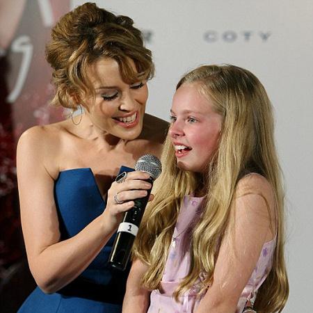 Кайли Миноуг и ее маленькая поклонница спели дуэтом