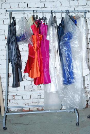 Новая коллекция одежды сезона весна-лето 2010 постепенно выстраивается в ряд и упаковывается для показа.