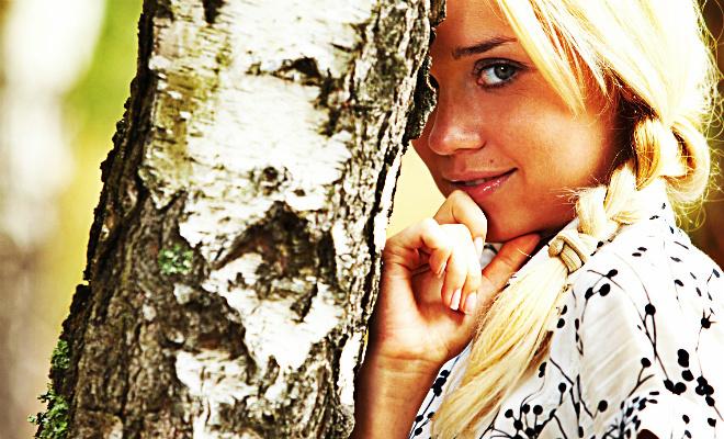 Девушка у березы: финская красавица