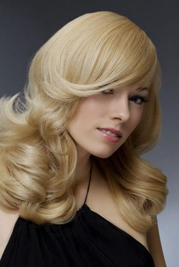 Локоны – идеальное решение для окрашенных волос, они лучше держат форму и надолго сохраняют укладку.