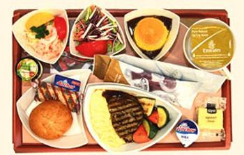 На борту авиалайнера компании Emirates вам предложат телячью вырезку в корзиночке из сыра пармезан с полентой (блюдом из кукурузной муки) или нежными овощами на гарнир.