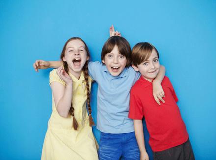 Трое смеющихся детей