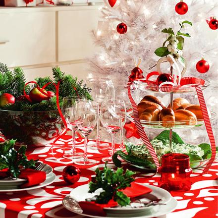 При столь контрастном сочетании цветов, выбранных для оформления гостиной, лучше не усложнять сервировку.