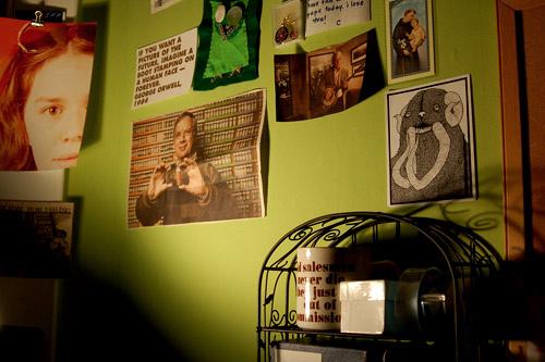 Для того чтобы украсить офисные стены, вовсе не обязательно покупать дорогие плакаты. Вырезайте картинки из глянцевых журналов или печатайте рисунки на принтере.