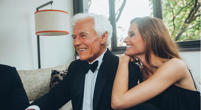 Когда женщина выбирает мужчину намного старше — что это значит?