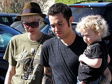 Эшли Симпсон (Ashley Simpson) и Пит Венц (Pete Wentz) вместе с их двухлетним сыном Бронксом