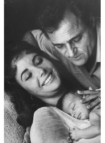 С новорожденной дочерью Лизой