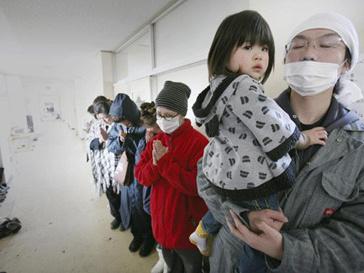 Японцы стоят в очередях, чтобы пройти обследование