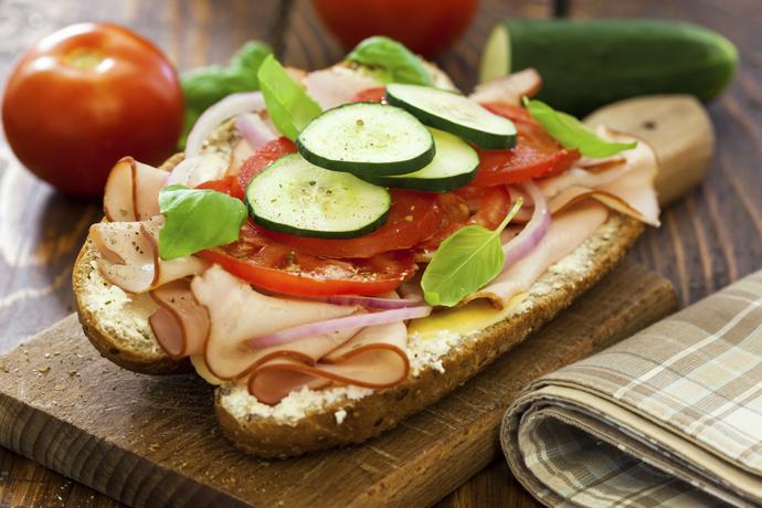 цельнозерновой хлеб + индейка + огурец / моцарелла + помидор + базилик