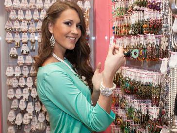 Анна Бузова на открытии магазина бижутерии