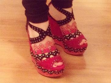 В коллекции туфель Вики Дайнеко нашлось место и для оригинальных пар обуви.