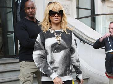 Рианна (Rihanna) в свитере из коллекции TopShop Unique сезона весна-лето 2012