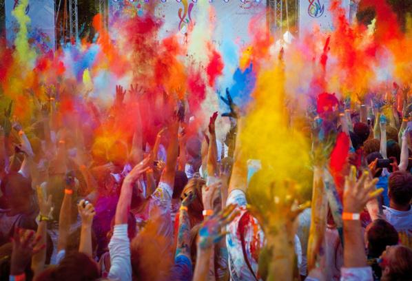 Главное правило Королевского фестиваля красок гласит: «Прийти в белом, а уйти в цветном»