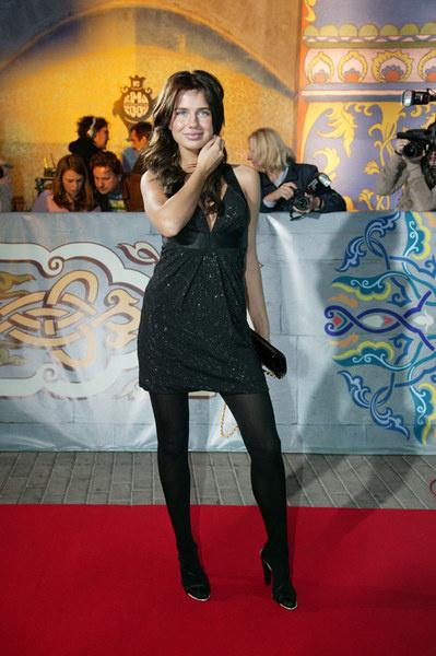 Платье Алексы подчеркивало длинные ноги певицы