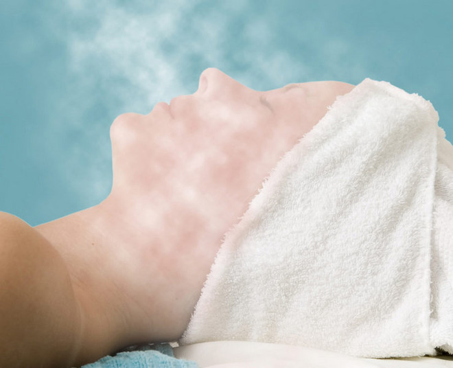 Паровая баня отлично подготавливает лицо к механической чистке в домашних условиях, улучшает восприимчивость кожи к питательным веществам