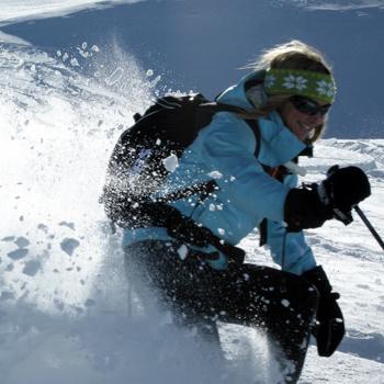 Тренеры научат, как правильно поворачивать на лыжах, контролировать скорость и избегать травм при падении.