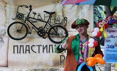 Фестиваль уличного искусства: живые статуи, клоуны и люди на ходулях