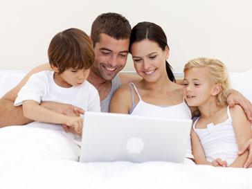 Семья у монитора ноутбука