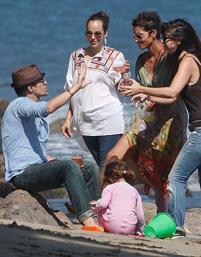 Холли Берри (Halle Berry) c друзьями и дочкой
