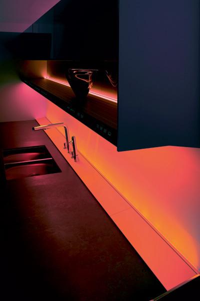 В кухне S1 (Siematic) мультимедийная панель управления руководит всеми процессами кухонной жизни, включая освещение.