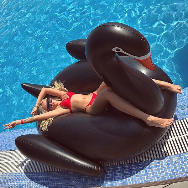 Красивые ростовчанки: фото в бассейне