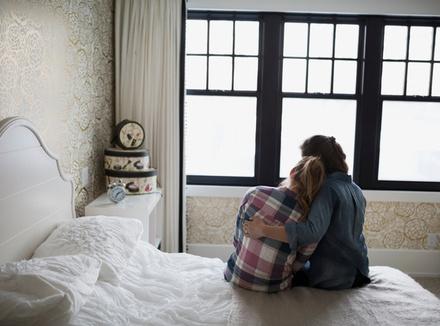 Двое на кровати
