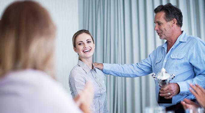 Почему мы оправдываемся в ответ на комплименты?