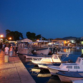 Фешенебельные гостиницы, бары и рестораны все больше делают остров Хвар схожим с Французской Ривьерой.
