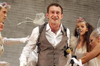 Ксения Лаврова-Глинка играет глупышку Полли Пичем.