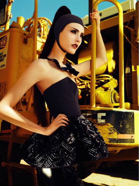 Фигурный топ из крепа, юбка с вышивкой, Etro; легинсы из латекса, Coast+Weber+Ahaus; колье, Prada