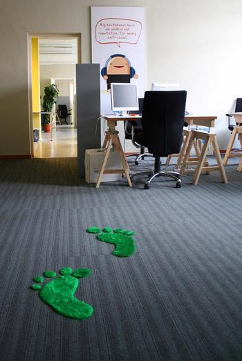 Небольшие веселые коврики разнообразят декор вашего офиса. Да и чистить их совсем просто.